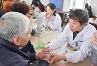 关爱老人,南通和佳康复医院走进五山社区进行义诊